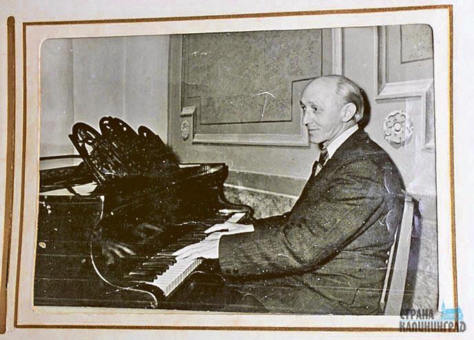 15-за-роялем.jpg