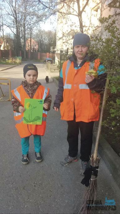 19-Карпенко-Николай,7-лет,1»Б»-класс-школы-№14-помогает-маме-и-заботится-о-том,-чтобы-улицы-были-чистыми.jpg